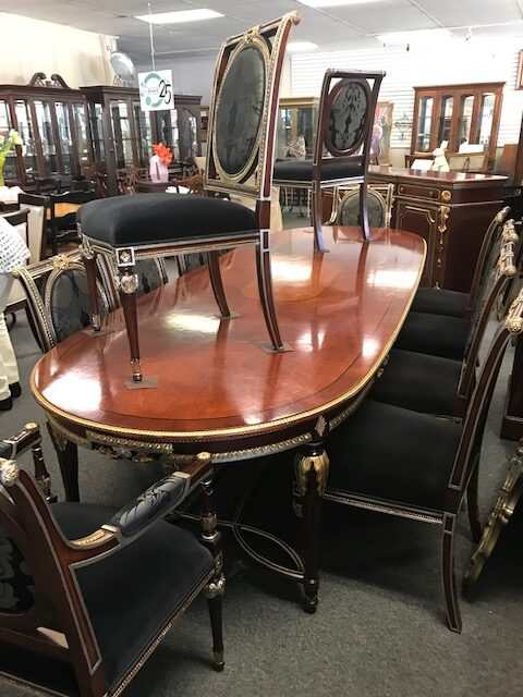 Beautiful federal table - 12 chairs